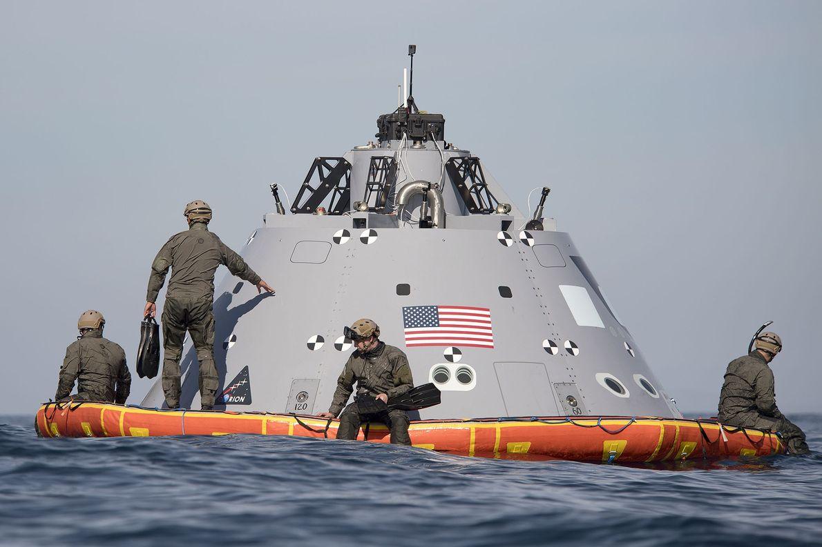 Los buzos de la Armada de EE. UU. ayudan a la NASA a recuperar un modelo ...