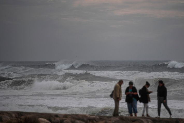 Tras el huracán Leslie, las olas azotan la costa cerca de Lisboa, Portugal, el 13 de octubre ...