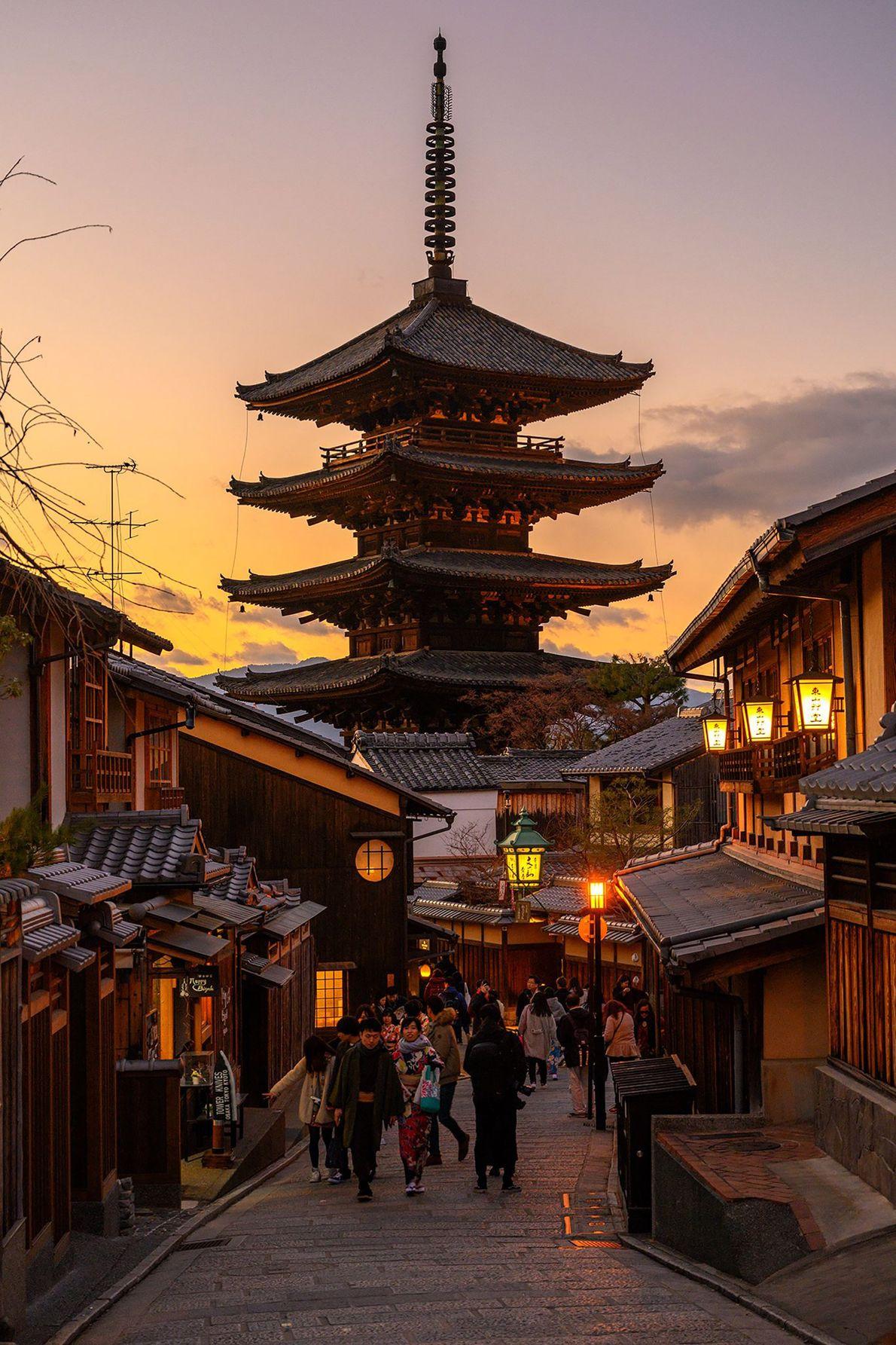 El atardecer encubre la Pagoda Yasaka de cinco pisos en Gion, el famoso distrito de entretenimiento ...
