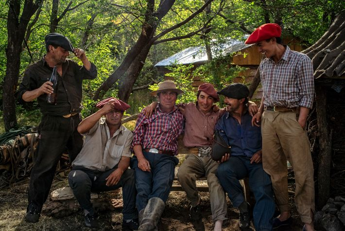 Los gauchos se reúnen para atar, marcar y castrar varios cientos de terneros durante la Yerra ...