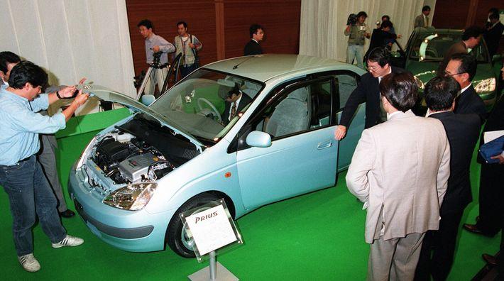 El nuevo vehículo híbrido de Toyota Motor Co, el Prius, se presentó el 14 de octubre ...