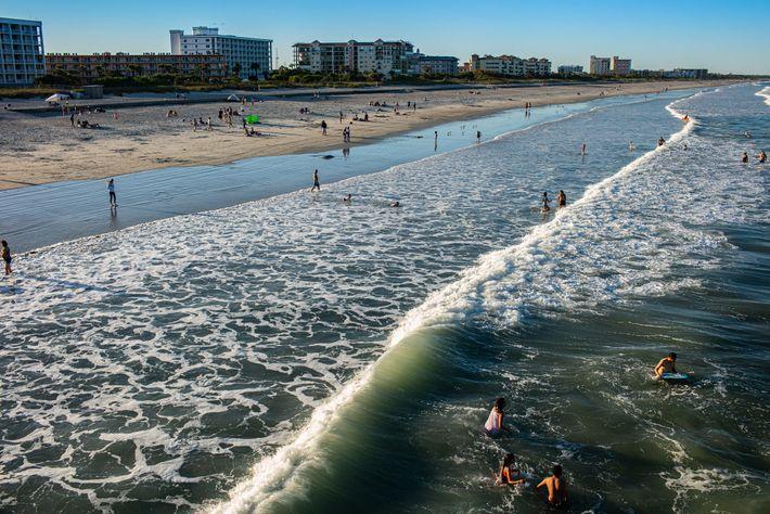 Cocoa Beach, en la Costa Espacial, ya volvió a permitir el ingreso de personas. La foto ...
