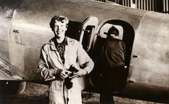 Amelia Earhart parada al lado de su Lockheed Electra en Parnamirim Airfield (Base área de Natal), ...