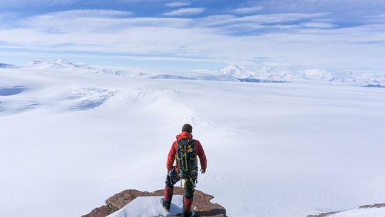 En la mitad de la ladera de 2000 pies de McIntyre Promontory, el científico Erik Gulbranson ...