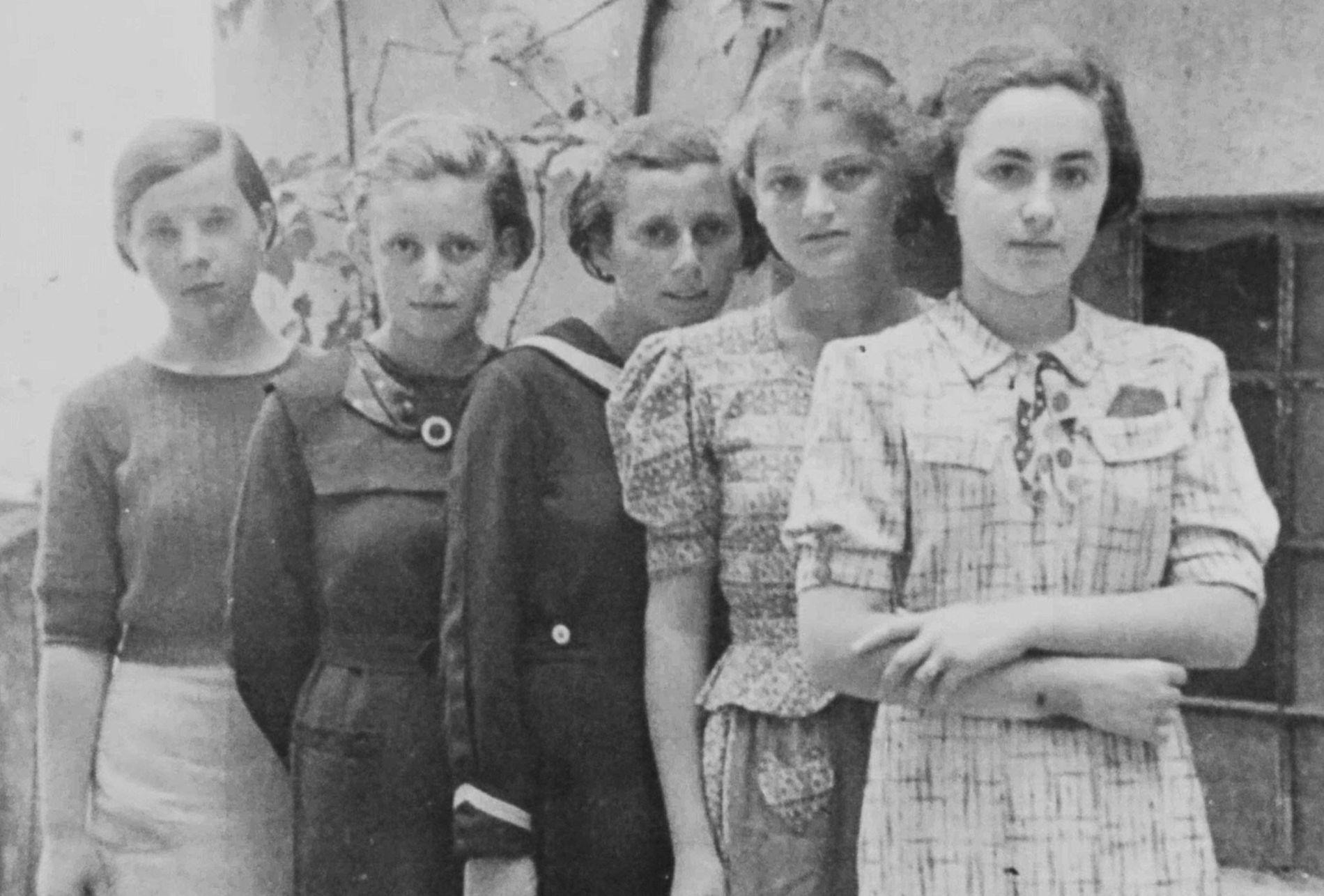 Se sabe que dos de las cinco chicas en esta fotografía, tomadas en Humenné, Eslovaquia, alrededor ...