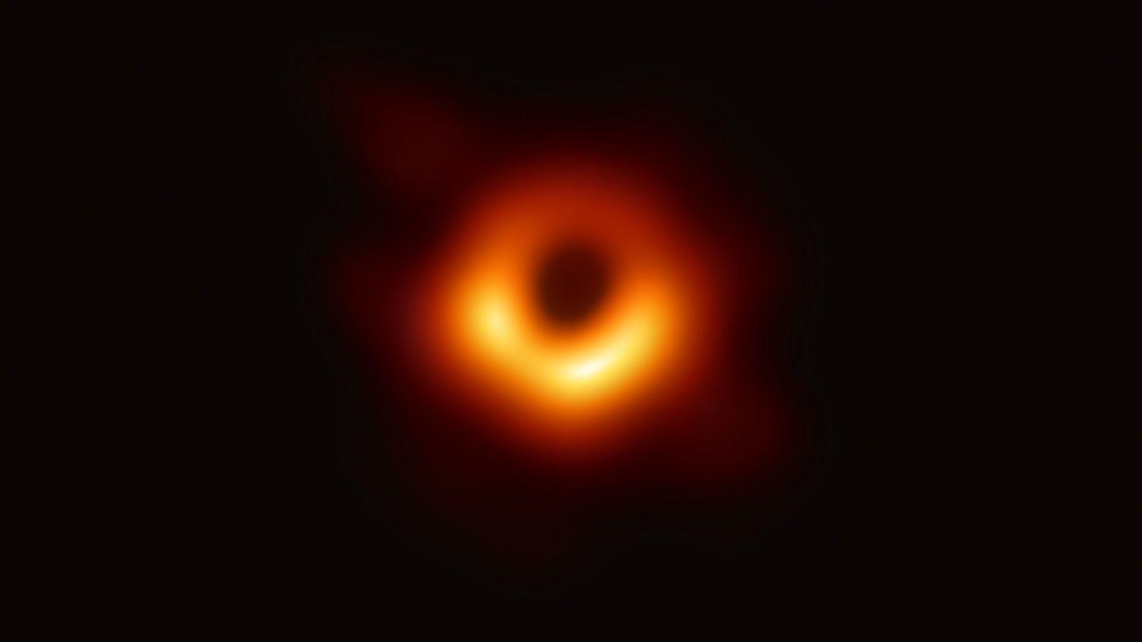 El Event Horizon Telescope o (Telescopio del Horizonte de Sucesos), una serie de radios telescopios terrestres ...
