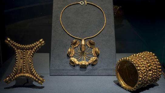"""El tesoro de """"El Carambolo"""" está compuesto por 21 joyas de oro, descubierto por trabajadores de ..."""