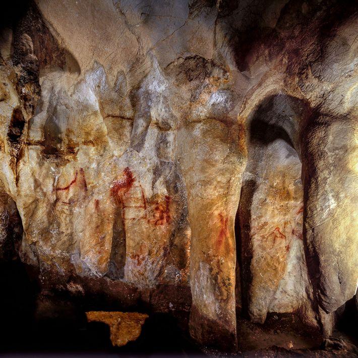 En una cueva española, un equipo de científicos descubrió trazos escaleriformes pintados con líneas verticales y ...