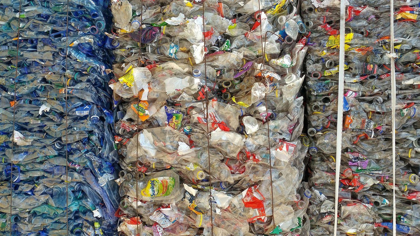 Aquí, el plástico se embala para el reciclaje. La mayor parte de este material había sido ...