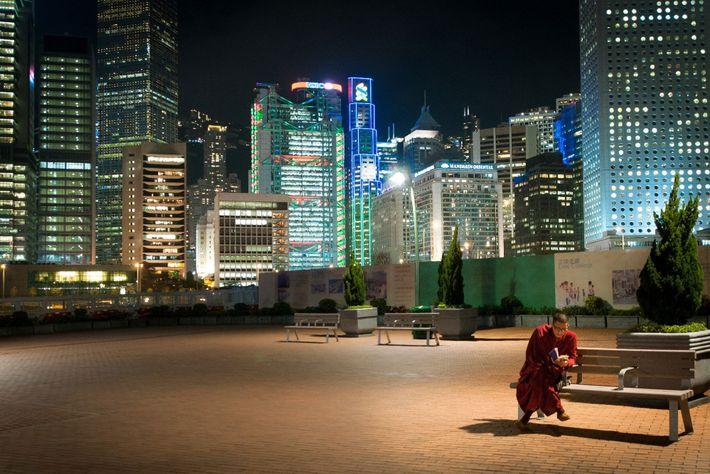 Rodeado por la frenética energía del centro de Hong Kong, un monje budista encuentra espacio para ...