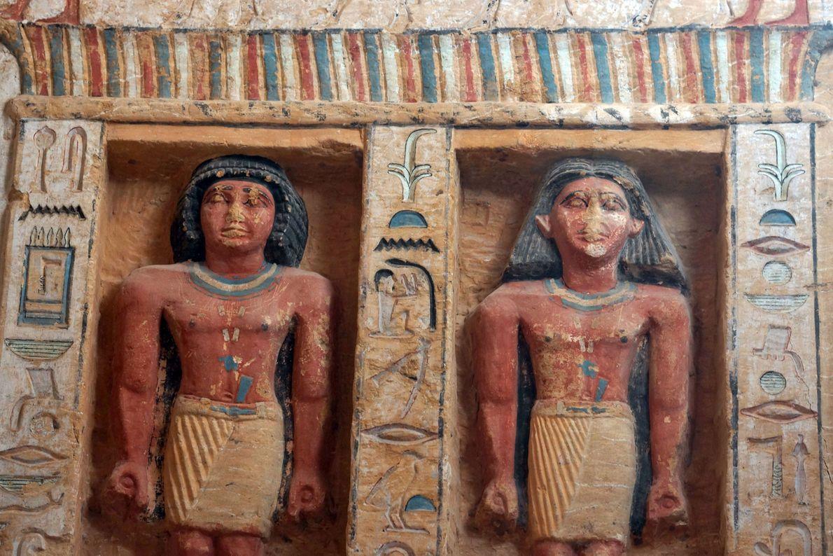 Los nichos en la tumba tienen estatuas del sacerdote y de su familia.