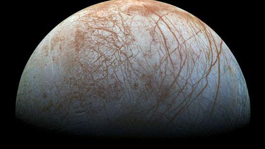 La luna de Júpiter, Europa, está cubierta con una corteza gruesa de hielo que al parecer ...