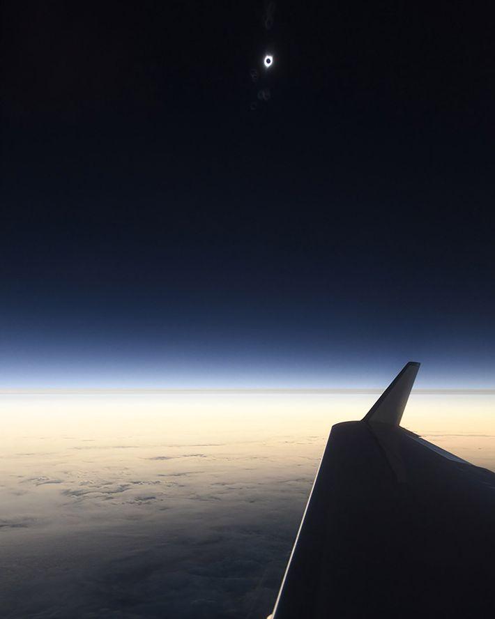 Esta foto es de los primeros vistazos del eclipse solar total del 2017 capturada por el ...