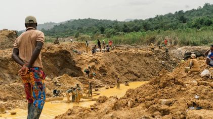 La minería de oro ilegal amenaza a los productores de cacao en Ghana
