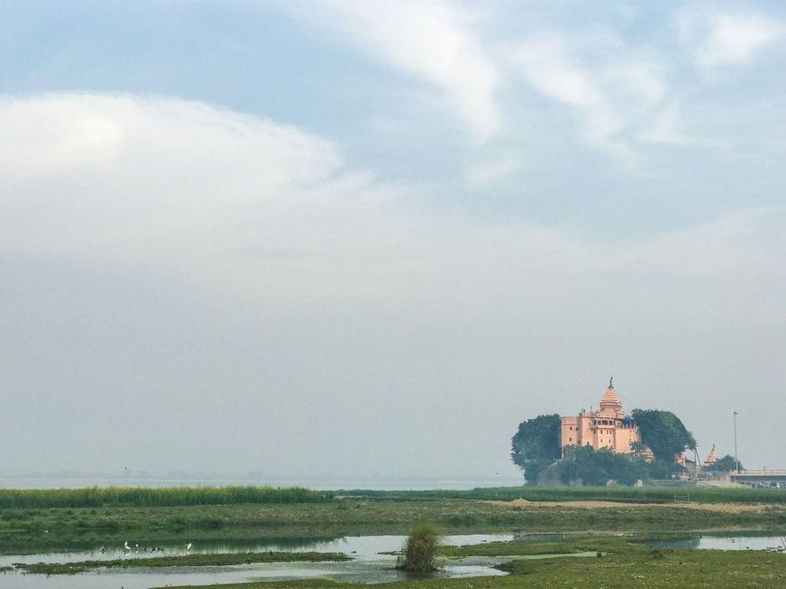 InEn el estado de Bihar, el templo Baba Ajgavi Nath se eleva en la orilla del ...