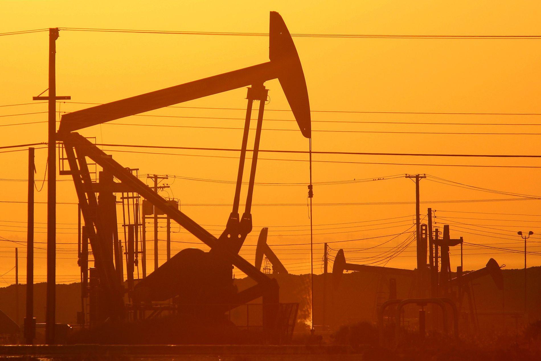 Se ven gatos de bombeo al amanecer en un campo petrolero sobre la formación Monterey Shale en California, donde se extrae gas y petróleo mediante la fracturación hidráulica o fracking.