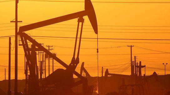 Se ven gatos de bombeo al amanecer en un campo petrolero sobre la formación Monterey Shale ...