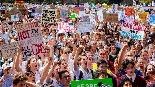 Miles de estudiantes y manifestantes se reúnen en Sídney, Australia, antes de una marcha a favor ...