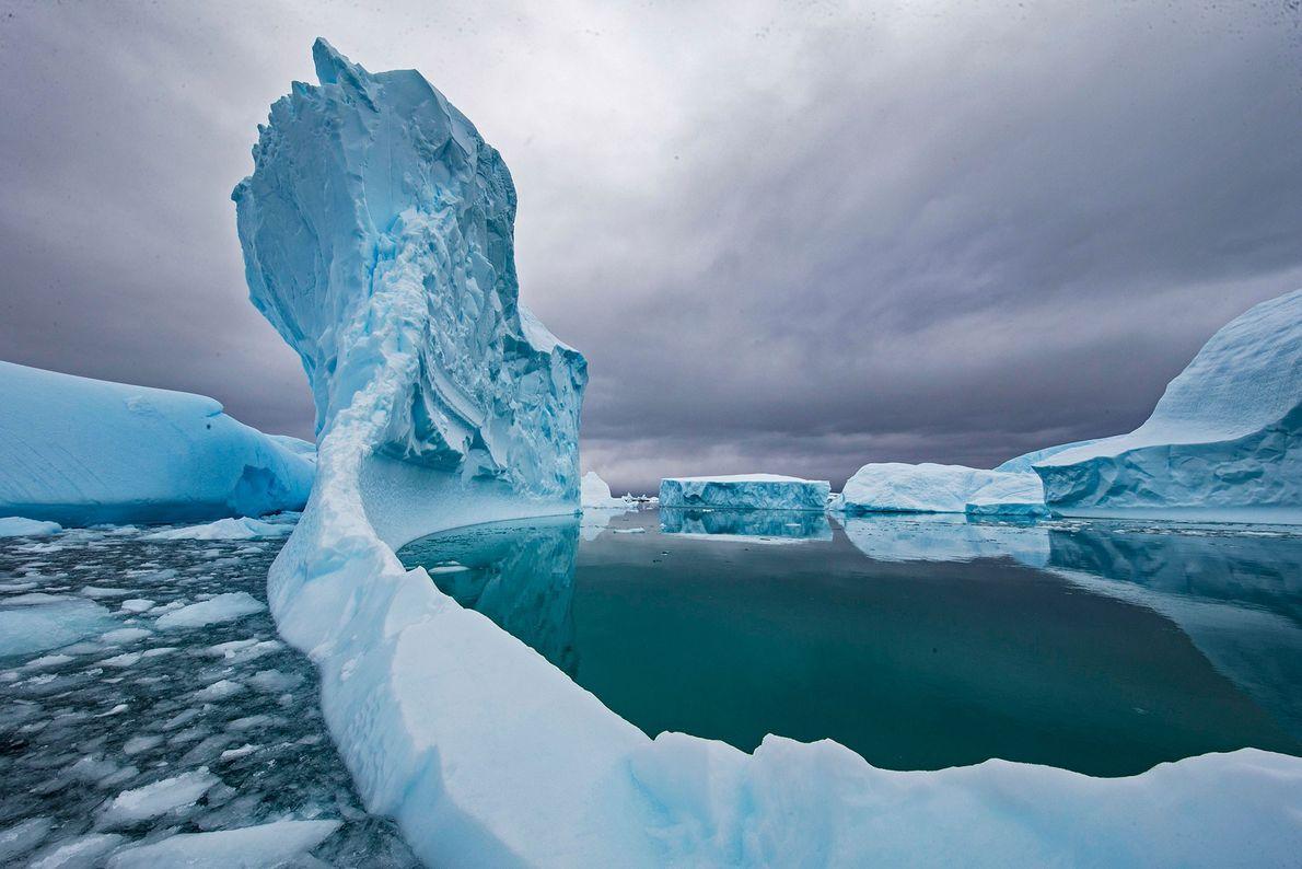 Un iceberg se derrite en las aguas de la Antártida. El cambio climático ha acelerado la ...