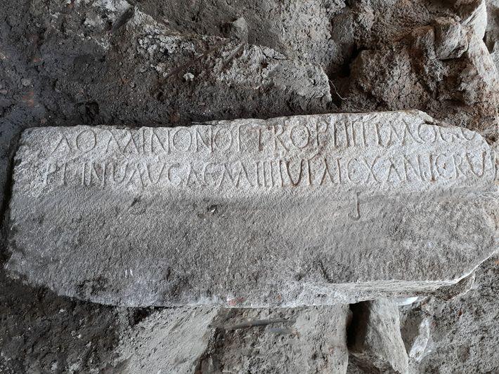 Una inscripción sobre mármol en griego y latín dedicada al comandante romano Diocleciano. En su día, ...