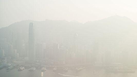 Paisaje urbano cubierto de smog