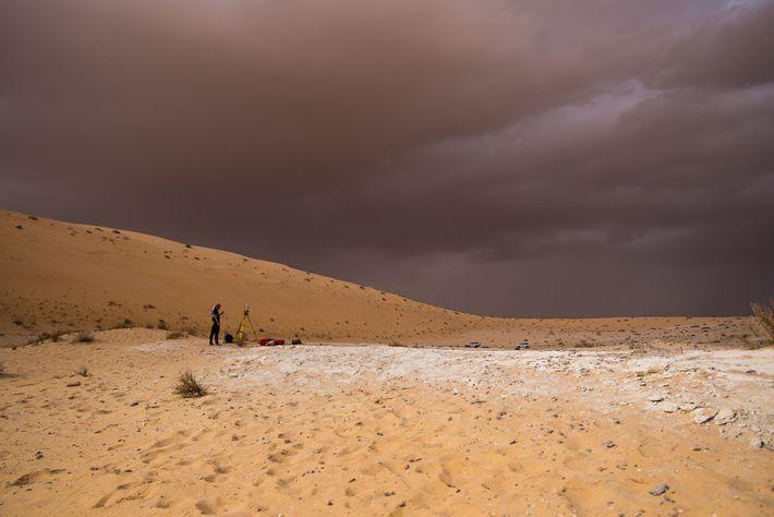 El sedimento blanco hallado en Al Wusta indica que en esta área alguna vez hubo un ...
