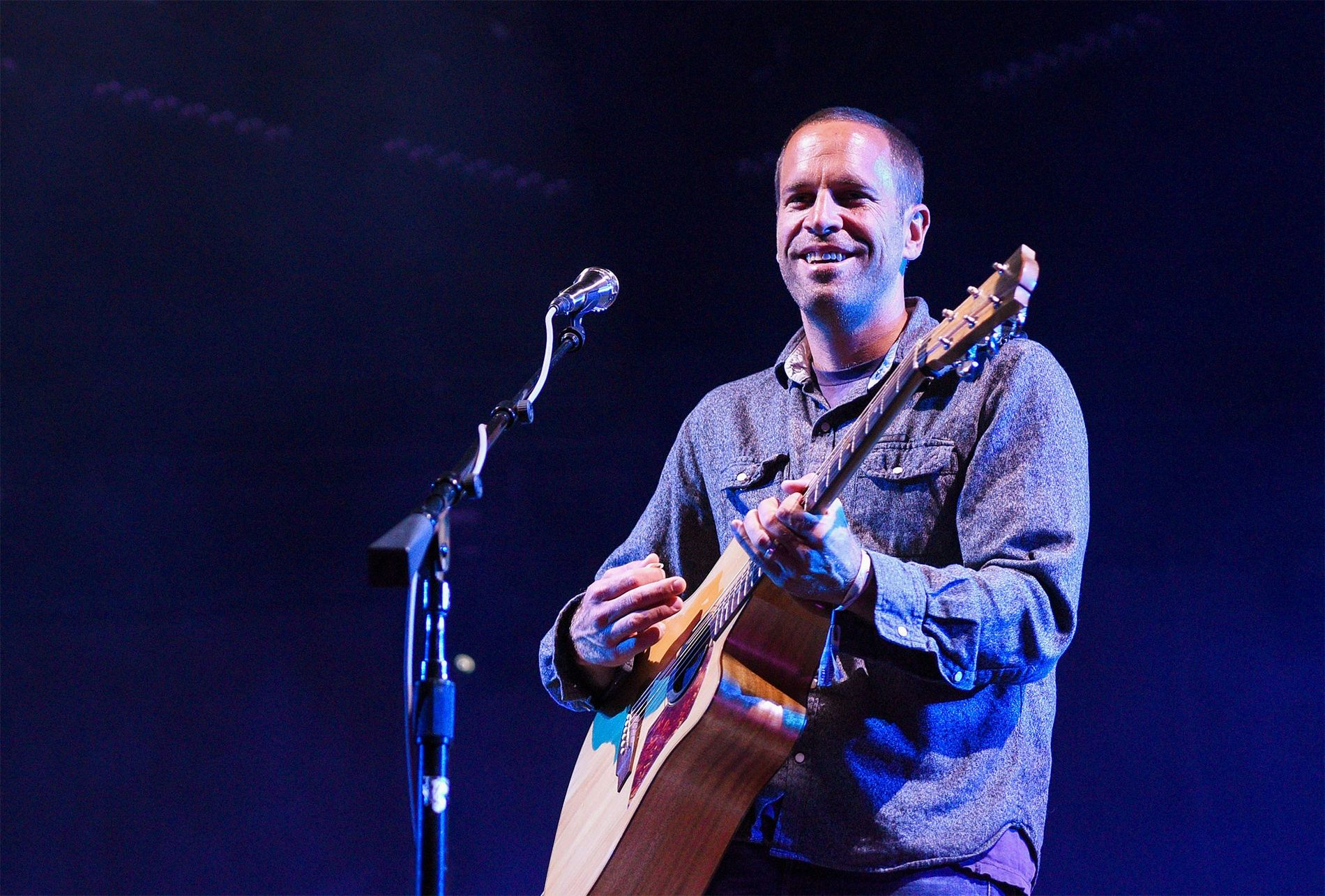 """Jack Johnson se presenta en Monterrey, California. Recientemente, el músico escribió una canción que denominó """"Fragmentos"""" (Fragments, en inglés). Para escribirla se inspiró en el problema del plástico en el océano."""