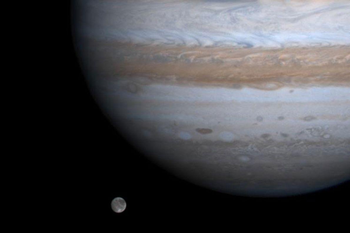 Ganimedes, la luna más grande del sistema solar, parece flotar junto a Júpiter en una foto ...