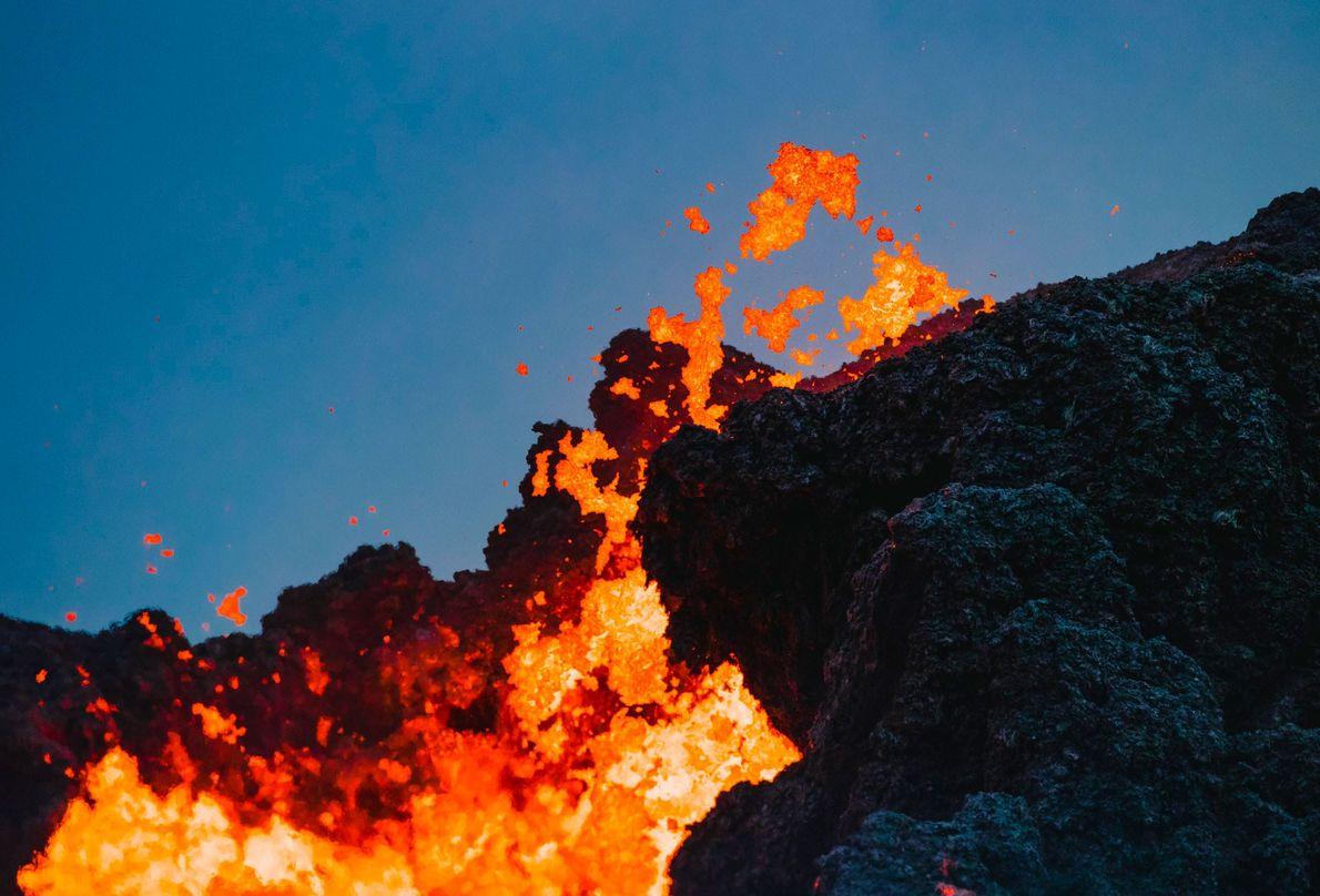Chorros de lava que surgieron de las fisuras terrestres en el complejo de viviendas Leilani Estates, ...