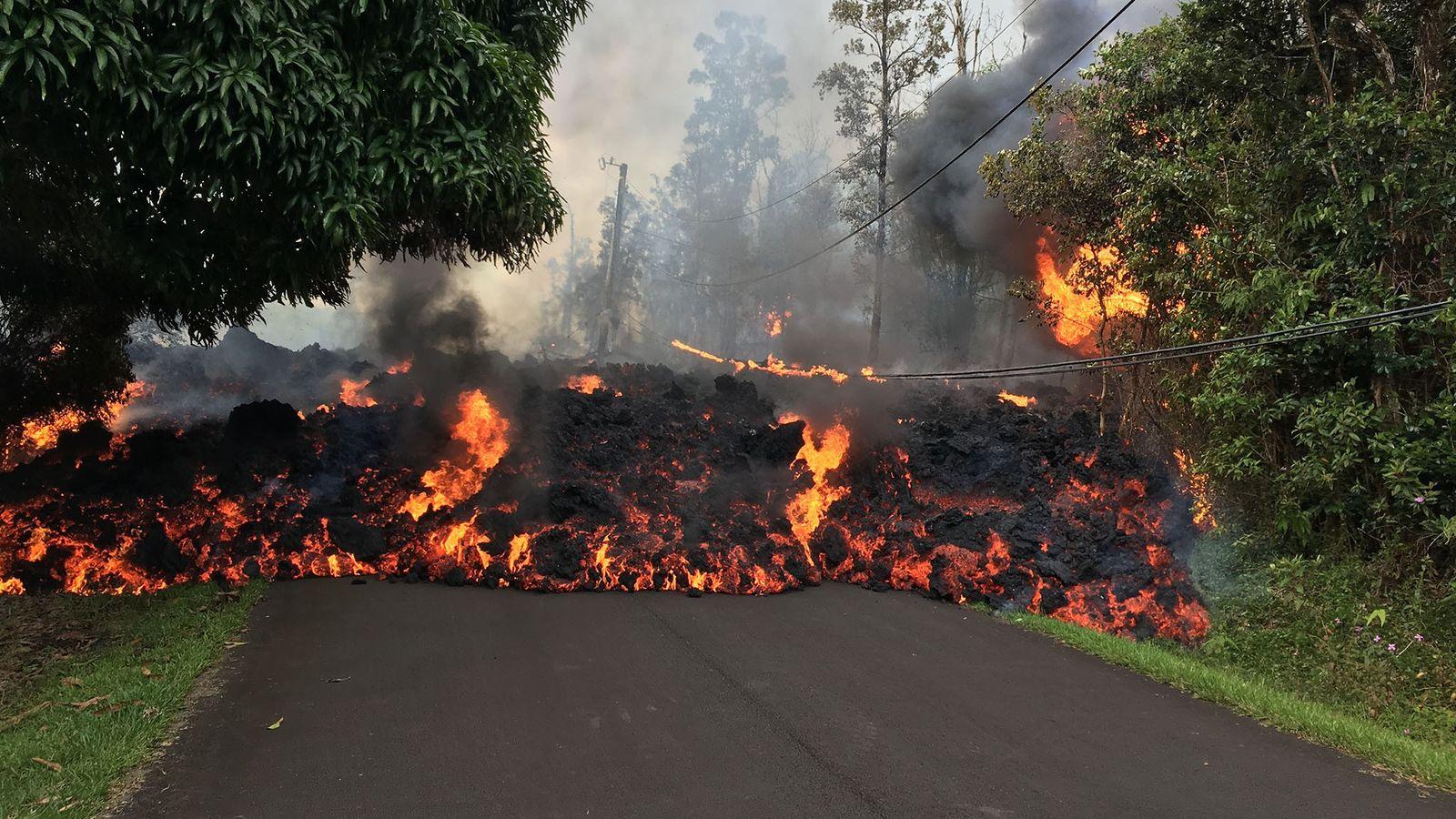 La lava de los volcanes de Hawái tiende a ser comparativamente más líquida dado su bajo ...