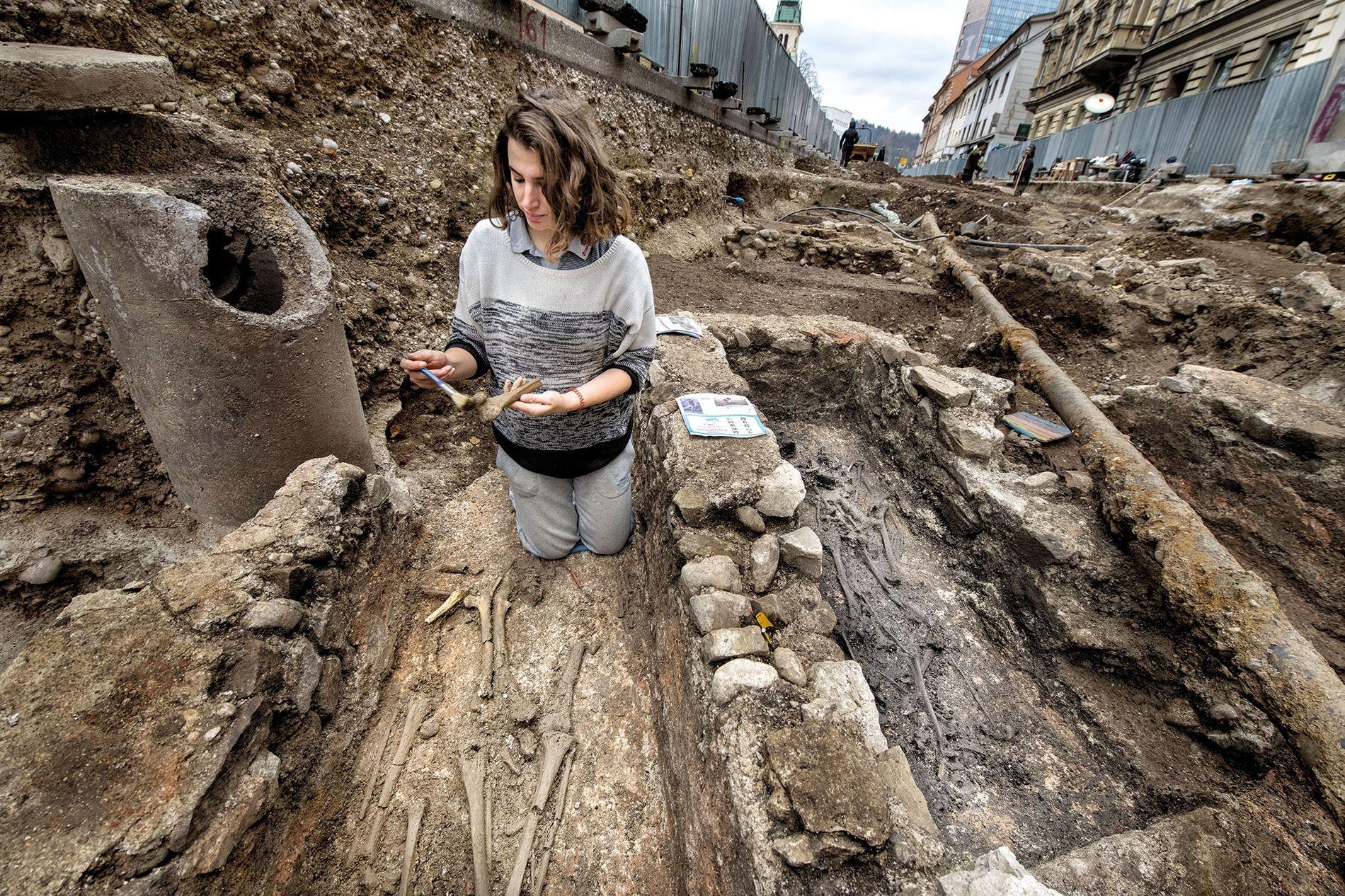 Las excavaciones debajo de la calle Gosposvetska en el centro de Ljubljana revelaron restos del asentamiento ...