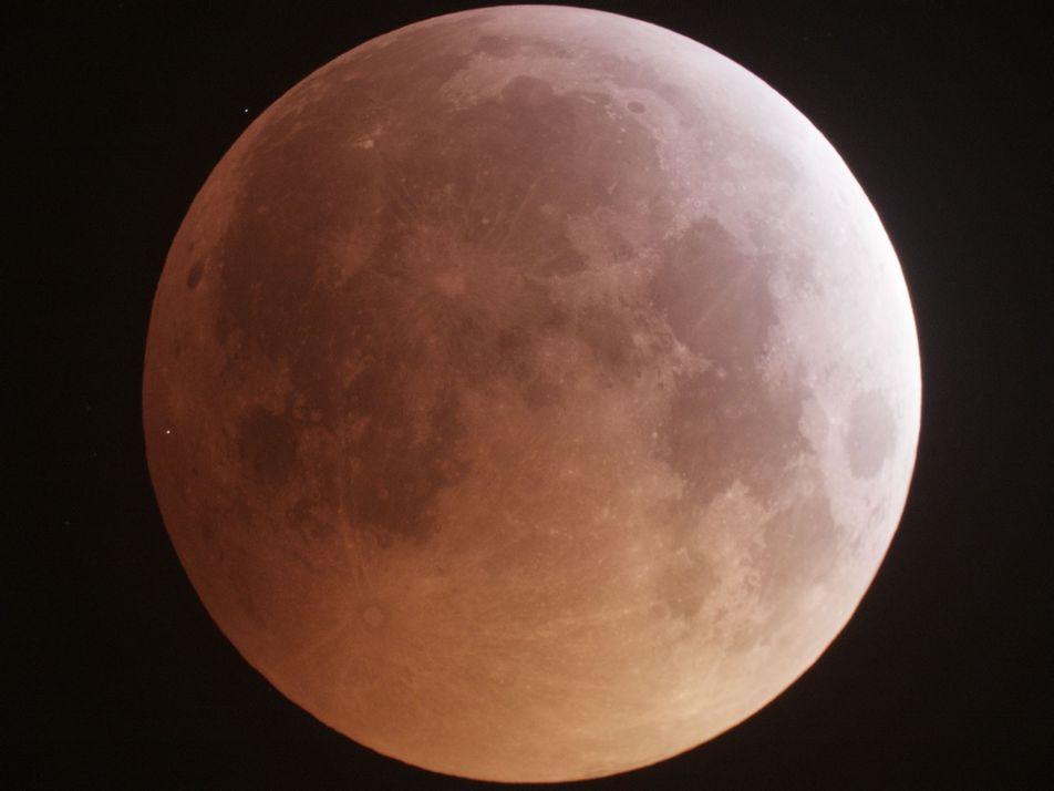 Captan el impacto de un meteoro en la luna durante el eclipse