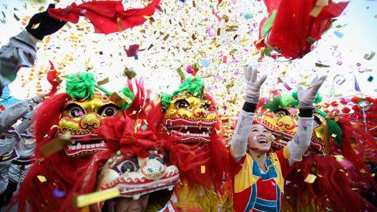 Artistas folclóricos chinos practican la danza del león en una feria del templo para celebrar el ...