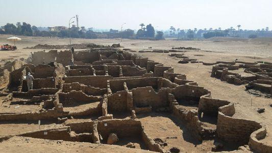 """Arqueólogos descubren la """"ciudad dorada perdida de Luxor"""" en Egipto"""