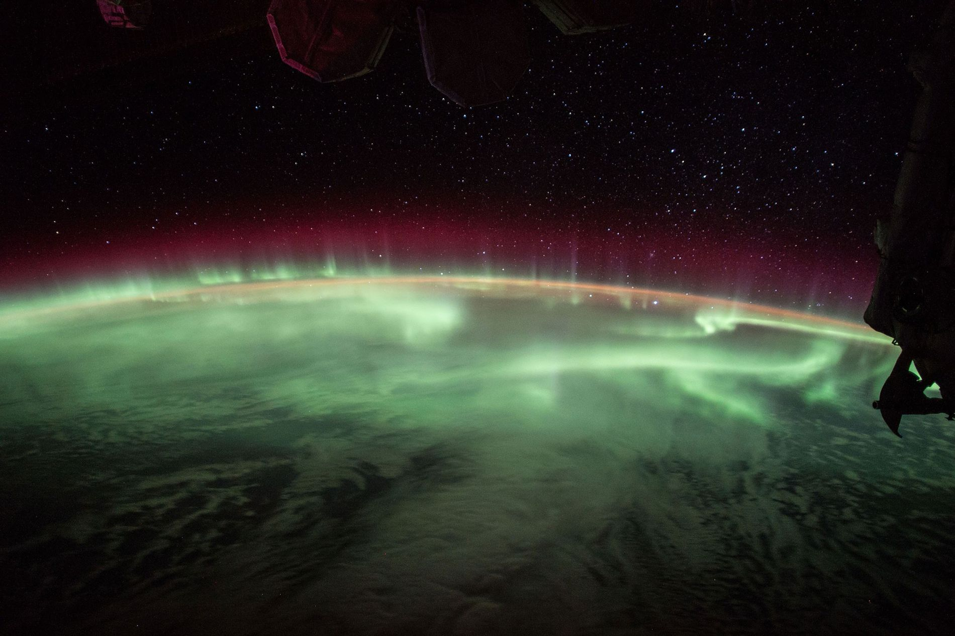 Las auroras, productos del campo magnético de la tierra, danzan sobre el planeta en una imagen capturada desde la Estación Espacial Internacional en 2017.