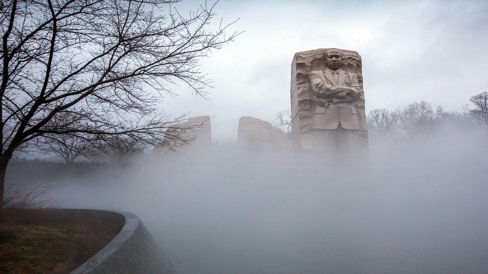 La niebla cubre el Monumento a Martin Luther King Jr. en Washington, el viernes 12 de ...