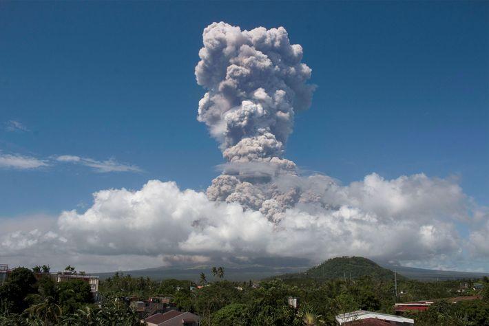 Una enorme columna de humo se eleva al cielo durante una explosión proveniente de este volcán, ...