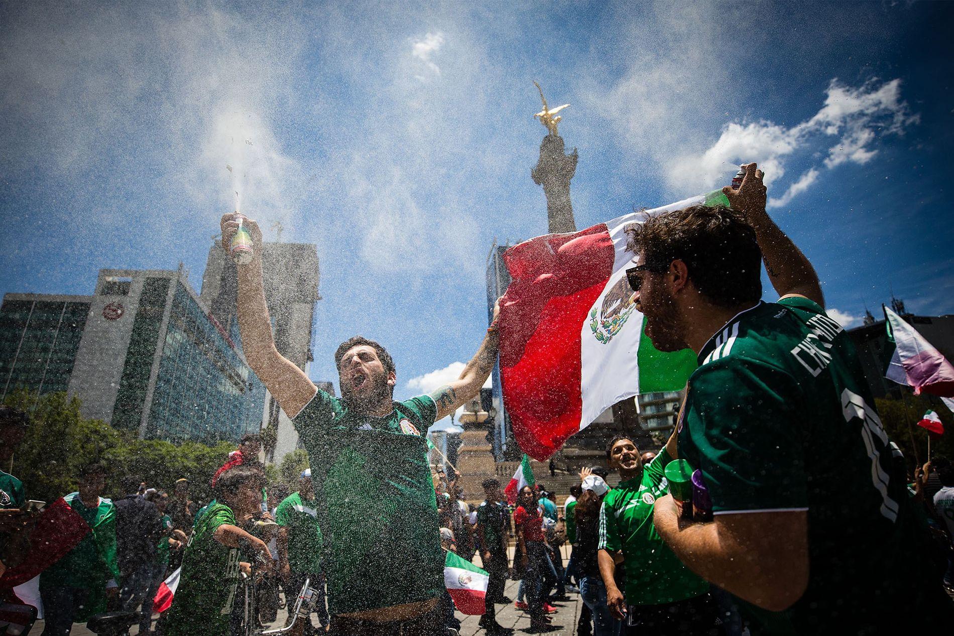 Fanáticos celebran una victoria en la Copa del Mundo en la ciudad de México el 17 de junio.