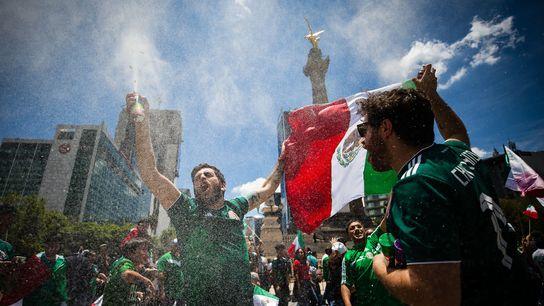 Fanáticos celebran una victoria en la Copa del Mundo en la ciudad de México el 17 ...