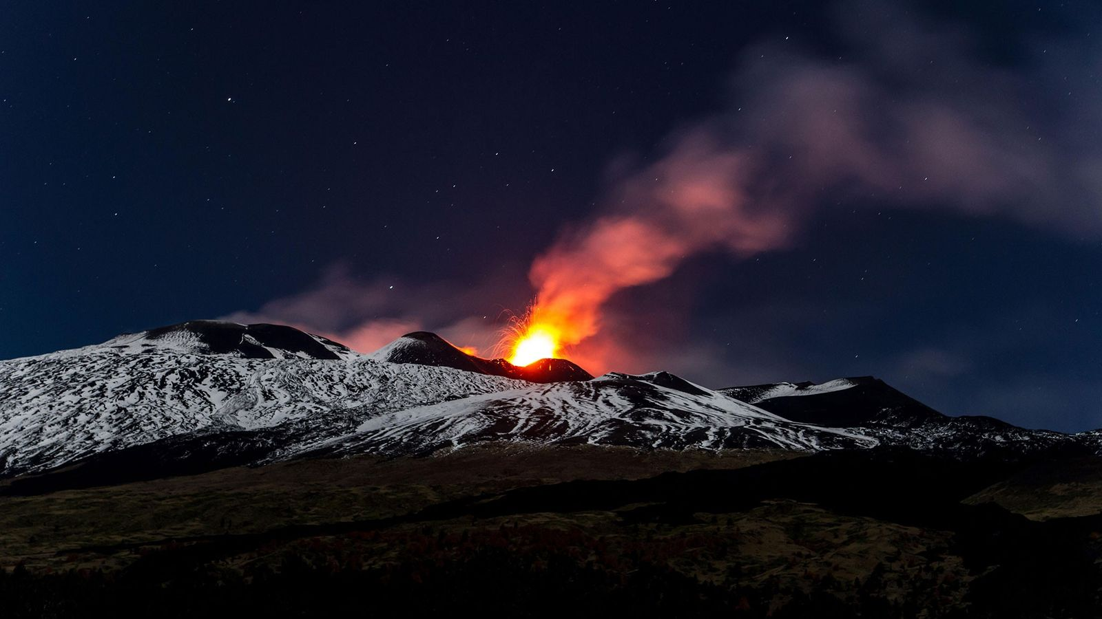 Explosiones de lava del monte Etna en Sicilia durante una impresionante erupción en 2013.
