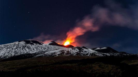 El volcán más activo de Europa se desliza hacia el mar