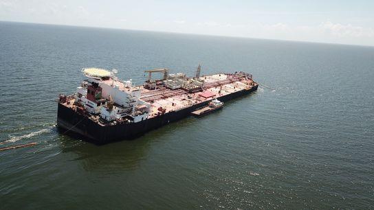 En esta foto del 16 de octubre, el Nabarima se ve inclinado. Hace poco, el buque fue ...