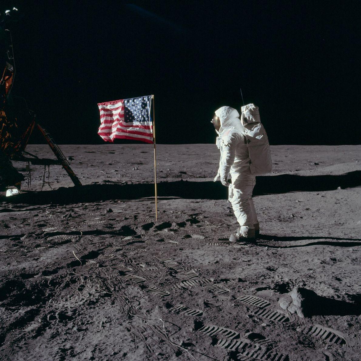 """El astronauta de Apolo 11, Edwin """"Buzz"""" Aldrin, posa con la bandera de EE. UU. colocada …"""