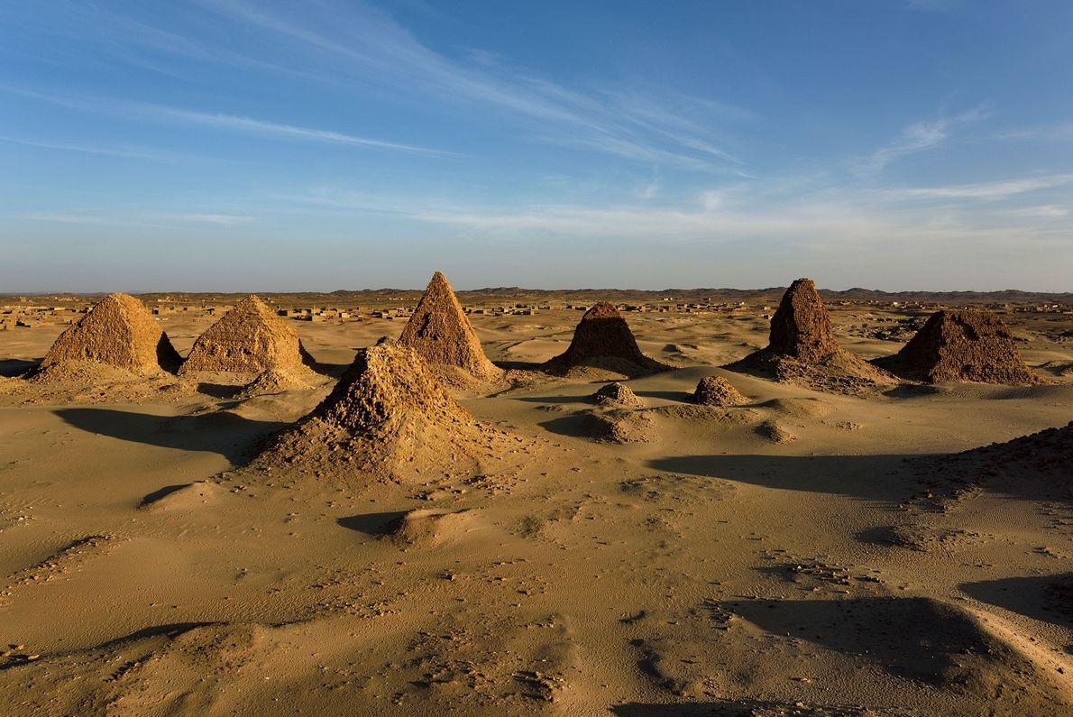 Con más de 20 pirámides antiguas que se extienden a través de 69 hectáreas de desierto ...