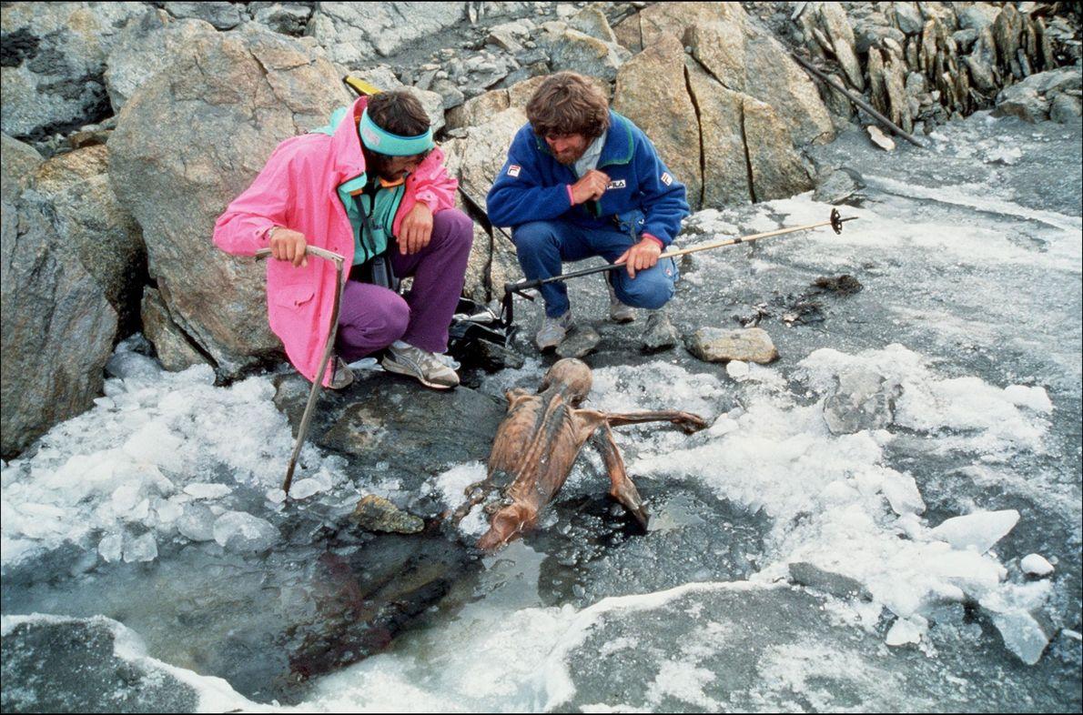 El montañero Reinhold Messner, a la derecha, y su colega inspeccionan los restos momificados de Ötzi ...