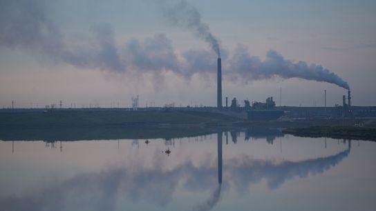 Las instalaciones de arenas petrolíferas, como esta en Canadá, contribuyen más a las emisiones de gases ...