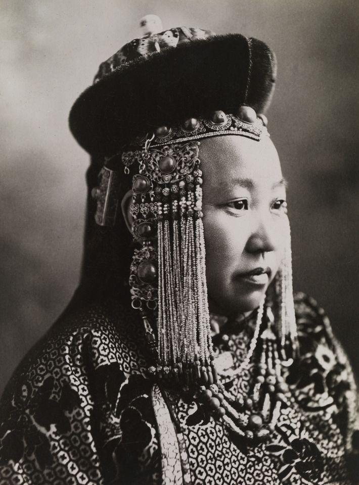 Durante miles de años, las mujeres han gobernado en aldeas remotas y reinado en grandiosos imperios. ...