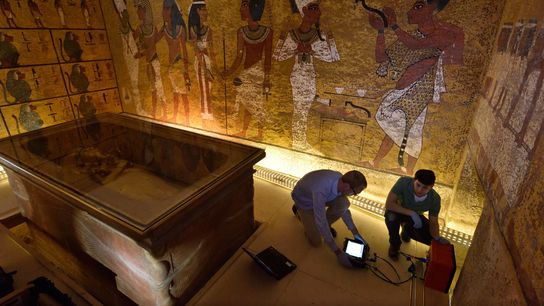 En una segunda exploración con radar de la tumba de Tutankamón en 2016, los técnicos de ...