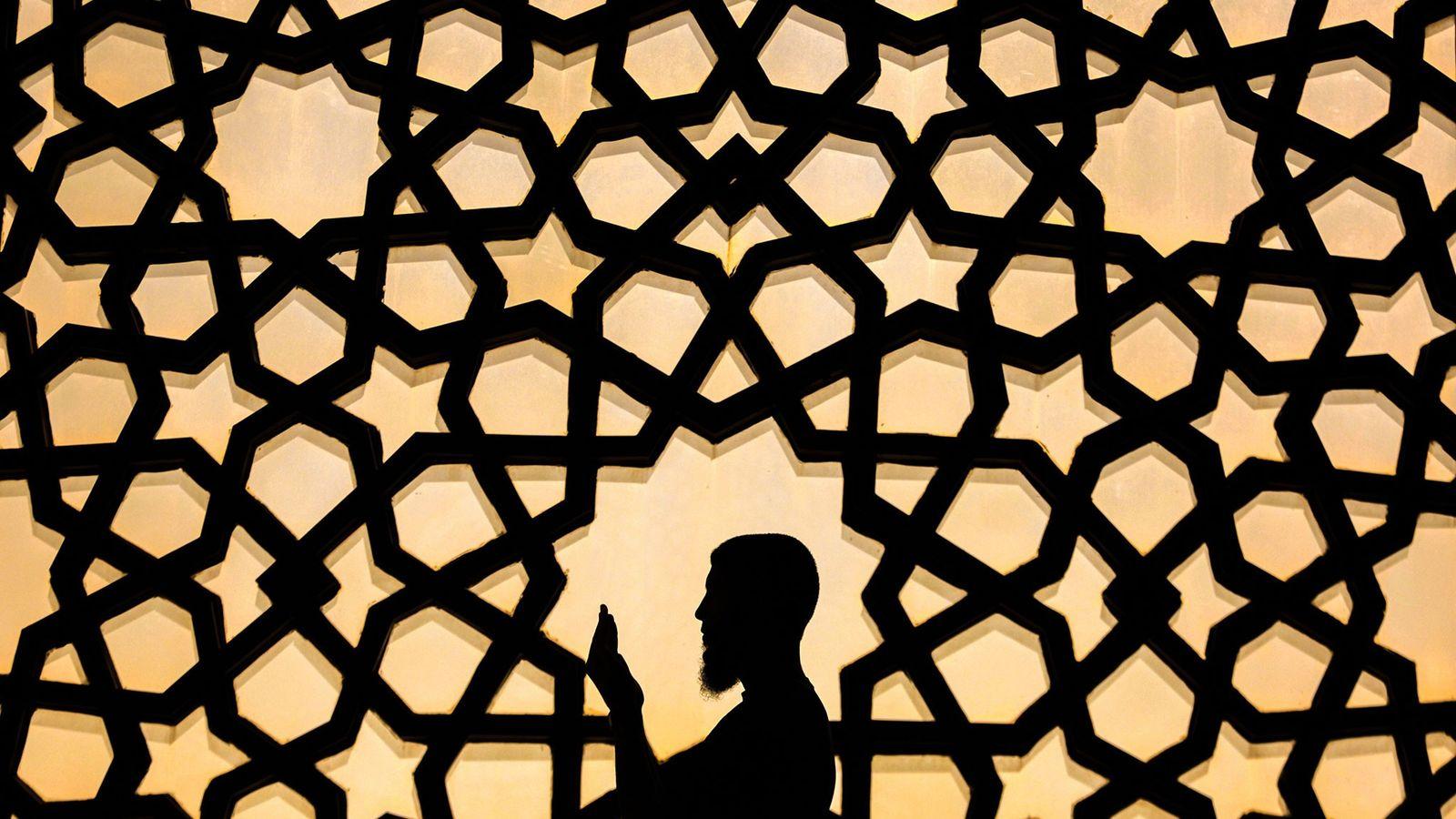 Un hombre palestino reza en la Gran Mezquita de Gaza durante el mes sagrado del Ramadán.