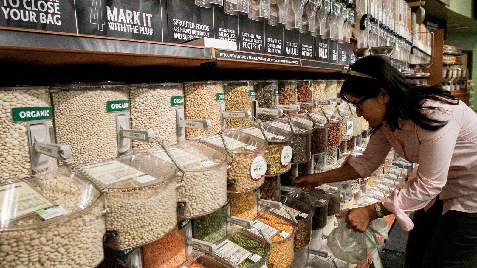 Comprar al por mayor puede ayudar a las familias a usar menos cantidad de empaquetados plásticos, ...